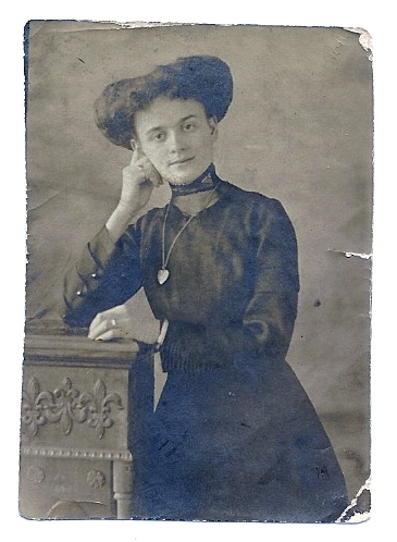 Julia Lennon circa 1910 - wearing wedding ring.jpg